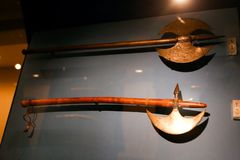 Alte Antiquitäten der arabischen Axt - Scharjah-Museum Stockbild