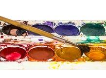 Alte Aquarellfarben mit Bürste Stockfotos