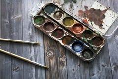Alte Aquarellfarben und -bürsten Stockfoto