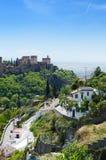 Alte arabische Festung von Alhambra mit Zigeunerhöhle Sacromonte-Bezirk Granada, Spanien Stockbilder