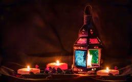 Alte arabische Laternen-bunte Lampe mit Kerzen und Blumen Stockfotos
