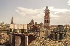 Alte Architektur der Stadt im Sonnenlicht stockfotos