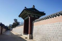 Alte Architektur des Palastes und der Betonmauer Stockfotos