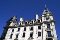 Alte Architektur mit Skulpturen, Säulen u. wölbte Fenster Stockfotos