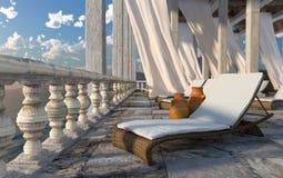 Alte Architektur mit sunbed Konzepttourismus-Ferienhintergrund Lizenzfreies Stockfoto