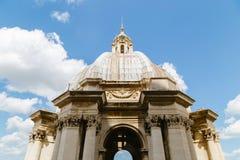 Alte Architekturdachnahaufnahme unter dem blauen Himmel in der Vatikanstadt Lizenzfreie Stockbilder