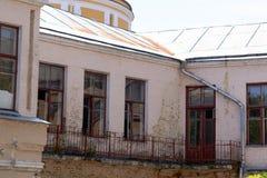 Alte Architekturdetails der Weinlese bringen hölzernen Balkon unter Stockfotografie