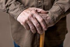 Alte Arme des behinderten Seniors stockfotografie