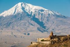 Alte armenische Kirche Khor Virap mit Ararat auf dem Hintergrund Lizenzfreie Stockbilder