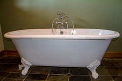 Alte Art füßige Badewanne im Olivgrünbadezimmer Stockfoto