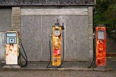 Alte Art und Weise englische Dorf-Tankstelle/Garage Stockbilder