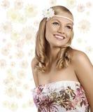 Alte Art und Weise schoss vom blonden Mädchen mit dem Gänseblümchenlächeln Stockfotografie