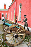 Alte Artillerie schießt nahe der Naryshkin-Bastion von Peter- und Paul-Festung mit Wachsstatuen von russischen Soldaten, St Peter Stockfotos
