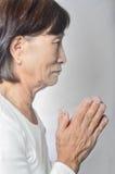 Alte asiatische buddhistische betende Frau Lizenzfreies Stockfoto