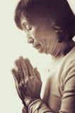 Alte asiatische buddhistische betende Frau Lizenzfreie Stockfotos