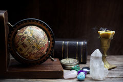 Alte Astrologie Alte Astrologiekugel und -bücher mit Kerze Lizenzfreie Stockfotos