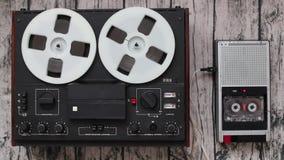 Alte Audiospieler, Technologiefortschrittskonzept Retro- Tonbandgeräte stock footage