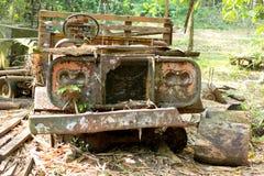 Alte Autoantike verrostete nach links im Bauernhof Stockbild