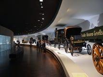 Alte Autoausstellung im Mercedes-Benz-Museum in Stuttgart Lizenzfreie Stockfotografie