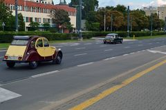 Alte Autos auf der Straße Stockbild