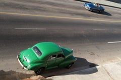 Alte Autos auf Malecon Lizenzfreie Stockbilder
