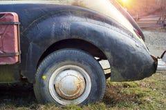 Alte Autos in den Karpaten Stockbild
