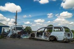 Alte Autos des Dumps und Verkauf benutzte Teile Stockfotos