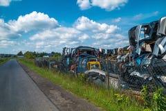 Alte Autos des Dumps und Verkauf benutzte Teile Stockbilder