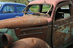 Alte Autos im Junkyard Stockfotos