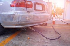 Alte Autos tanken Gas LPG wieder Stockfotografie