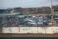 Alte Autos in verlassenem Autoparken lizenzfreie stockbilder