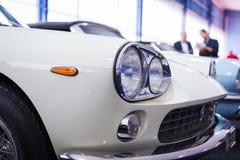 Alte Autos versteigern - Betrachtenautos der Leute im Verkauf Stockbild
