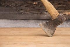 Alte Axt mit einem Holzgriff gehaftet im hölzernen Klotz Konzept für Holzbearbeitung oder Abholzung Selektiver Fokus stockbild