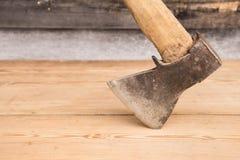 Alte Axt mit einem Holzgriff gehaftet im hölzernen Klotz Konzept für Holzbearbeitung oder Abholzung Selektiver Fokus stockfotos