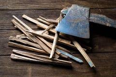 Alte Axt und Holz auf einem hölzernen Stockfoto