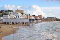 Alte Bäder am Strand von Cadiz, Spanien Stockfotografie