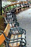 Alte Bänke in einem allgemeinen Park herein in Wien Stockfotografie
