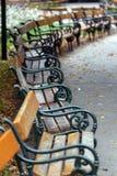 Alte Bänke in einem allgemeinen Park herein in Wien Lizenzfreies Stockbild