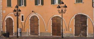 Alte Bögen auf der Fassade Stockbild