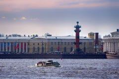 Alte Börse St Petersburg, Rostral Spalten und goldener Helm von Admiralitäts-Gebäude in Neva-Fluss auf Sonnenuntergang, Russland Stockfotos