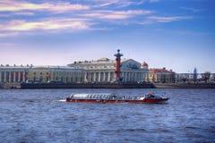 Alte Börse St Petersburg, Rostral Spalten und goldener Helm von Admiralitäts-Gebäude in Neva-Fluss auf Sonnenuntergang, Russland Stockfoto