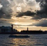 Alte Börse St Petersburg und Rostral Spalten bei Neva Stockfotografie