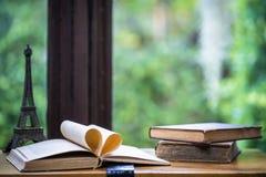 Alte Bücher öffnen Seite auf Holztisch im warmen Fensterlicht Sele Lizenzfreie Stockfotos