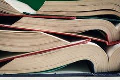 alte Bücher öffnen sich auf Tabelle an der Bibliothek Lizenzfreie Stockfotos