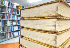 Alte Bücher auf altem Holztisch in der Bibliothek Stockbilder