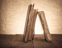 Alte Bücher auf altem Holztisch vor dem hintergrund der Leinwand Lizenzfreie Stockfotografie