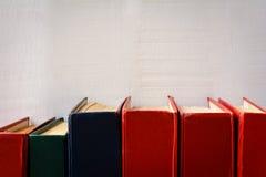 Alte Bücher auf Bücherregal und Hintergründen Stockfoto