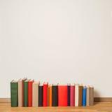 Alte Bücher auf Bretterboden Lizenzfreie Stockbilder