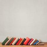 Alte Bücher auf Bretterboden Stockfoto