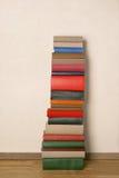 Alte Bücher auf Bretterboden Lizenzfreie Stockfotos